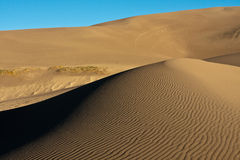 Sanddünen gegen blauen Himmel Lizenzfreie Stockfotografie