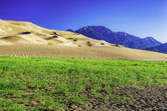 Sanddünen mit Bergen Sangre de Cristo Lizenzfreie Stockfotos
