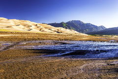 Sanddünen mit Bergen Sangre de Cristo im Abstand Stockbild