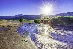 Sanddünen mit Gebirgs- und Sonnenexplosion Sangre de Cristo Lizenzfreie Stockbilder