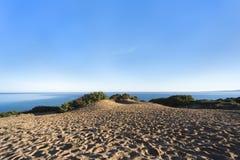 Sanddünen mit Myrtenvegetation vor blauem Ozean und blauem Himmel - grünes Küste ` Costa Verde-`, Scivu, Sardinien, Italien lizenzfreies stockbild