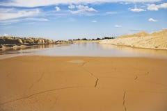 Sanddünen, Wasser und blauer Himmel Lizenzfreie Stockfotografie