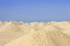 Sanddünen unter einem klaren blauen Himmel Lizenzfreies Stockbild