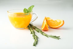 Sanddorngetränk mit Orange und Rosmarin stockfoto