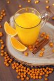 Sanddorntee mit Orangen und Zimt stockbild