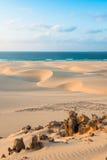 Sanddyn i Chaves sätter på land Praia de Chaves i Boavista udde Ve Royaltyfria Bilder