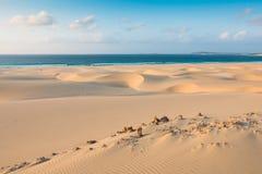Sanddyn i Chaves sätter på land Praia de Chaves i Boavista udde Ve Arkivfoto