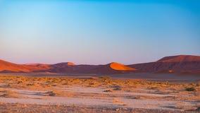 Sanddyn i den Namib öknen på gryning, roadtrip i den underbara Namib Naukluft nationalparken, loppdestination i Namibia, Afr Arkivbild