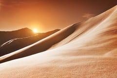 Sanddyn och öken under morgonsoluppgånghimmel Arkivfoto