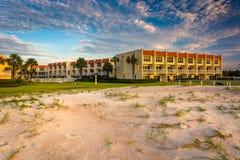 Sanddyn och beachfront hotell på St Augustine Beach, Florida royaltyfri foto