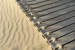 Sanddyn och trägångbanor på stranden royaltyfria foton