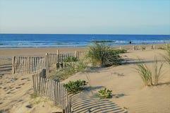 Sanddyn, strand, blå himmel fotografering för bildbyråer
