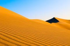 Sanddyner över den blåa skyen Fotografering för Bildbyråer