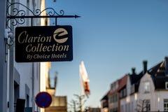 Sandefjord, Vestfold, Noorwegen - brengt 2019 in de war: Het teken van de Keushotels van het klaroenhotel stock foto