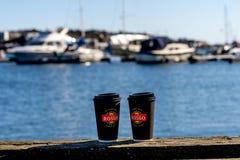 Sandefjord, Vestfold, Noorwegen - brengt 2019 in de war: monument voor zeelieden voor sjøman koffie zeven elf van de stadskerk stock afbeeldingen