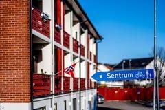 Sandefjord, Vestfold, Noruega - estraga 2019: monumento para marinheiros na frente do sjøman da igreja da cidade fotografia de stock