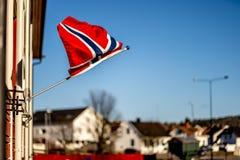 Sandefjord, Vestfold, Noruega - estraga 2019: o monumento para marinheiros na frente do sjøman da igreja da cidade brannvesen o  imagem de stock