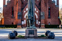 Sandefjord, Vestfold, Norway - mars 2019: monument for sailors in front of city church sjøman royalty free stock images