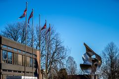 Sandefjord, Vestfold, Norway - mars 2019: monument for sailors in front of city church sjøman stock image