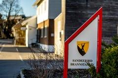 Sandefjord, Vestfold, Norwegia - mąci 2019: zabytek dla żeglarzów przed miasta kościelnym sjøman brannvesen brannstasjon strażak zdjęcia stock