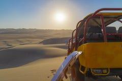 Sandeinstieg, Dünen-Buggy geparkt in der Wüste während des Sonnenuntergangs an Huacachina-Oase in Ica, Peru lizenzfreie stockfotografie