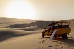 Sandeinstieg, Dünen-Buggy geparkt in der Wüste während des Sonnenuntergangs an Huacachina-Oase in Ica, Peru lizenzfreies stockbild