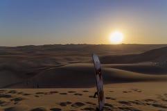 Sandeinstieg, Dünen-Buggy geparkt in der Wüste während des Sonnenuntergangs an Huacachina-Oase in Ica, Peru stockfoto