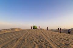 Sandeinstieg, Dünen-Buggy geparkt in der Wüste während des Sonnenuntergangs an Huacachina-Oase in Ica, Peru stockbild