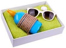Sandelholze, Beutel, aufblasbare Jacke auf Sand Stockfotos