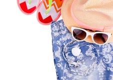 Sandelholze, Beutel, aufblasbare Jacke auf Sand Stockfotografie