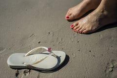Sandelhout en voeten op het zand royalty-vrije stock foto's