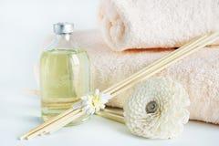 Sandelhoutolie en handdoeken voor kuuroordprocedures Stock Foto's