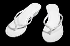 Sandels brancos isolados no preto. Fotos de Stock