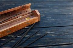 Sandeltr? klibbar p? en svart tr?tabell Traditionell asiatisk kultur Aromatherapy royaltyfria bilder