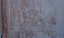 Sanden, efter regnet, i sommarsolen med spår av mänsklig fot och att ligga på den med olika objekt Arkivfoto