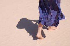 sanden går Royaltyfri Bild