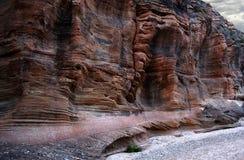 Sandfelsenwände über trockenem Flussbett Stockbilder