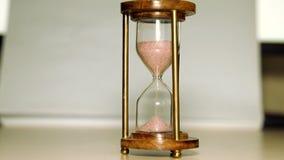 Sandflyttning till och med timmeexponeringsglas arkivfilmer