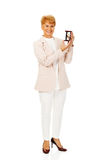 Ηλικιωμένη εκμετάλλευση επιχειρησιακών γυναικών χαμόγελου sandglass Στοκ φωτογραφία με δικαίωμα ελεύθερης χρήσης