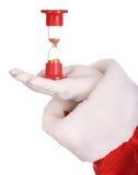 Sandglass an Hand von Weihnachtsmann. Stockfoto