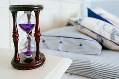 Sandglass op nightstand Stock Afbeelding