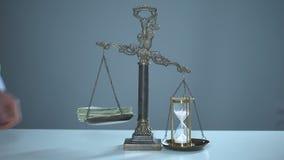 Sandglass przeważa dolary dalej waży, czas jest pieniądze, wartościowy zasoby użycie zdjęcie wideo