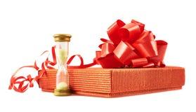 Sandglass y composición de la caja de regalo aislada Fotografía de archivo libre de regalías