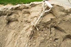 Sandhaufen und Schaufel für Bau Lizenzfreie Stockfotos