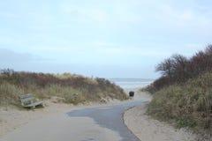 Sandig bana till kusten av Nordsjö i Zeeland i Nederländerna arkivfoto