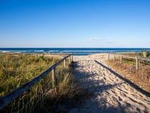 Sandig banaingång till stranden med trästänger Gold Coast Australien arkivfoto
