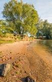 Sandig bank av en bred holländsk flod Arkivbilder
