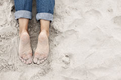 Sandig fot för ung kvinna på stranden Fotografering för Bildbyråer