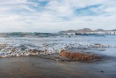 Sandig kust av ön, vågor Turism lugn, semester på havet, kryssning arkivfoto