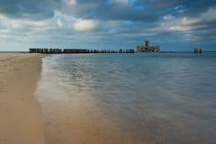 Sandig kust av det baltiska havet och torpedowniaen nära Gdynia royaltyfria foton